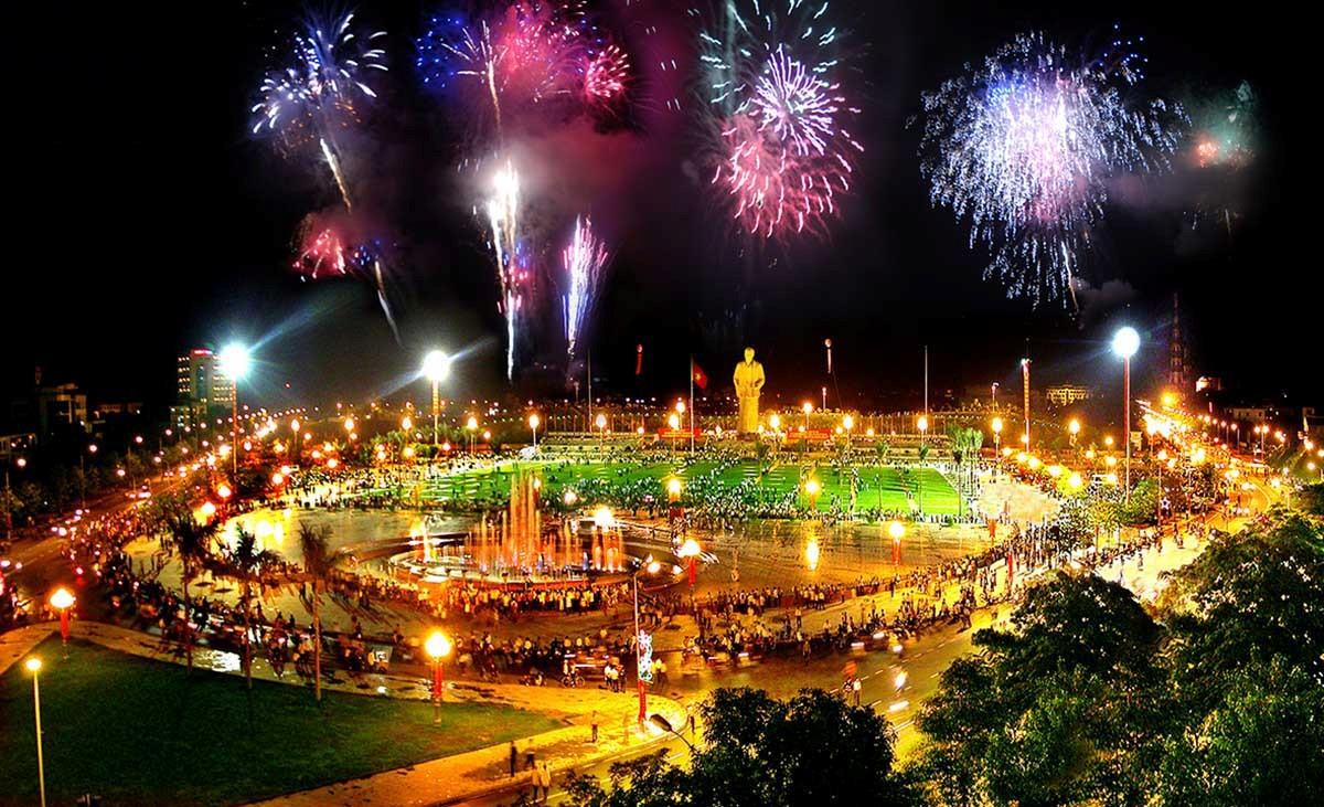 Thành phố Vinh Alltours: Bồi hồi đứng trước quảng trường Hồ Chí ...