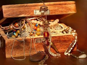 Lleva el arte en ti con este set de pendientes y collar
