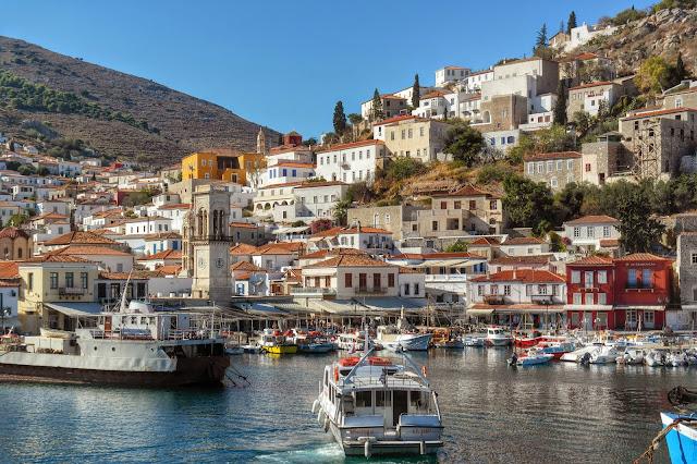 Vista da ilha grega de Hydra com barcos e casas
