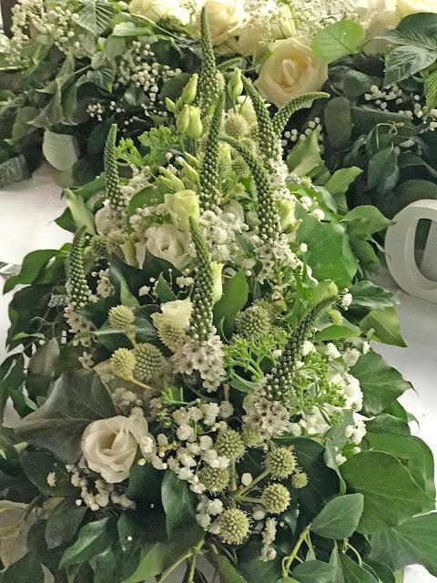 Tischblumen in Grün Weiß, Passiflori Penzberg, Hochzeit zu Dritt, kleine Familienhochzeit, Riessersee Hotel Garmisch-Partenkirchen, Bayern, freie Trauung