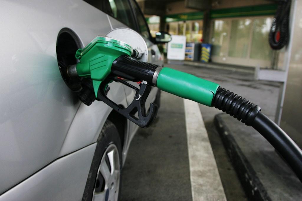 Petrobras anuncia que gasolina nas refinarias terá alta de 0,5% amanhã Litro da gasolina nas refinarias passará a custar R$ 1,9810 a partir desta sexta-feira Por: Agência Brasil