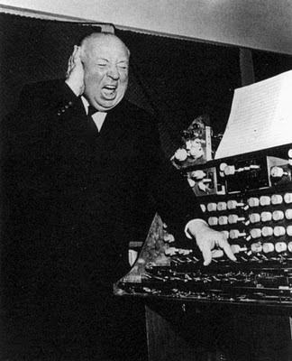 Alfred Hitchcock en el estudio de Oskar Sala en Mars Film en 1961 bromeando con los sonidos del Mixturtrautonium