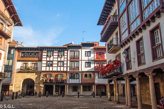 Fotografia de la plaza en el Casco historico de Hondarribia