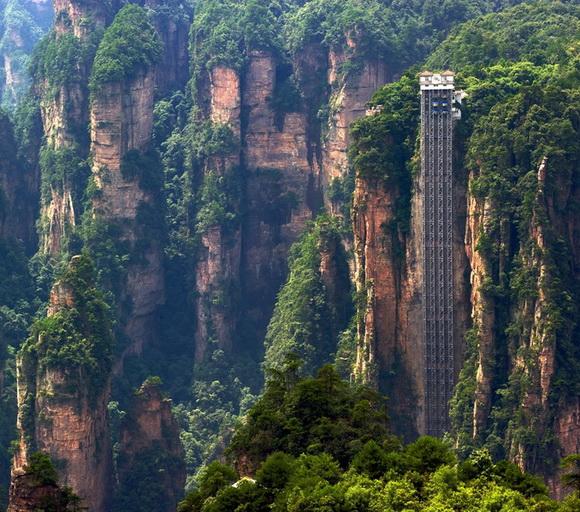 Resultado de imagem para Elevador Bailong, no Parque Zhangjiajie, é outra opção para chegar ao topo da montanha