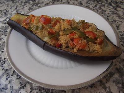 Berenjena rellena de quinoa y pimientos