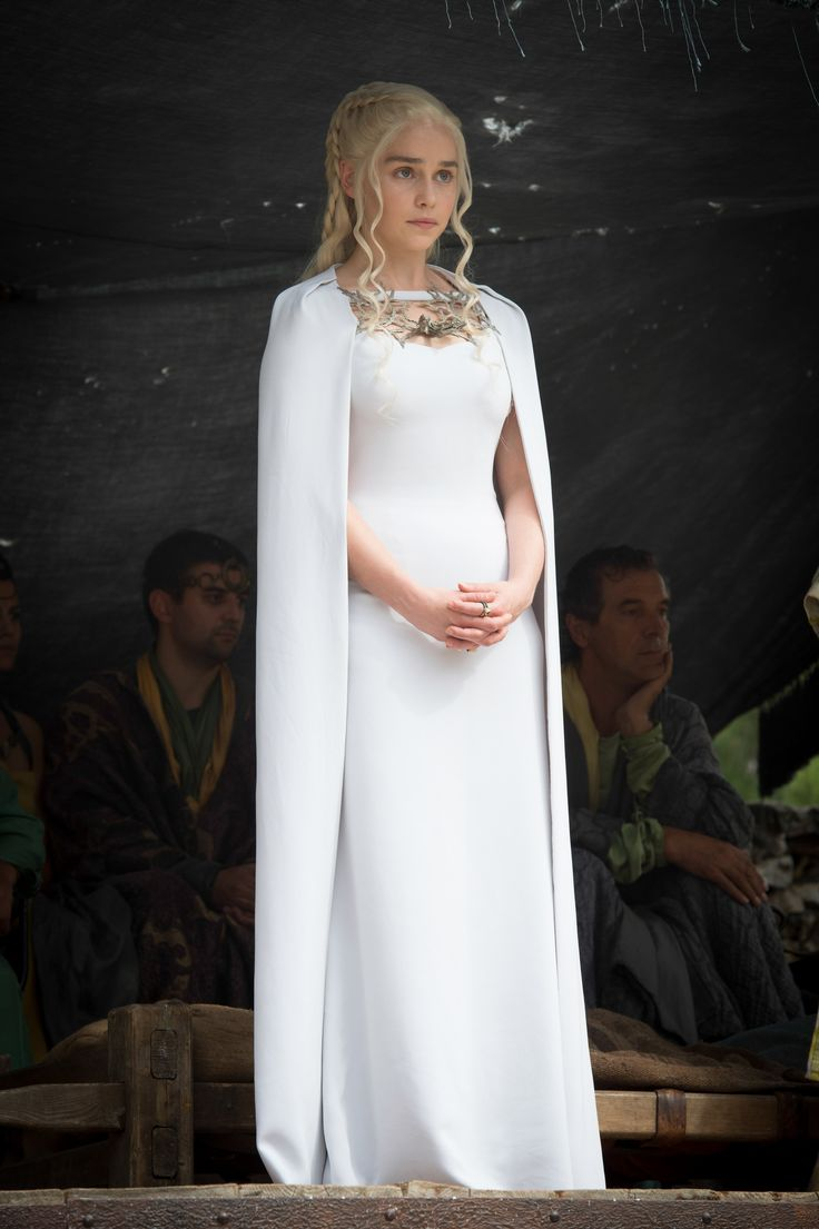 I Am Not Sure If Cape Dresses Are A Good Idea For Petite Women But 52 Ish Emilia Clarke Rocks The Capes In Popular Game Of Thrones