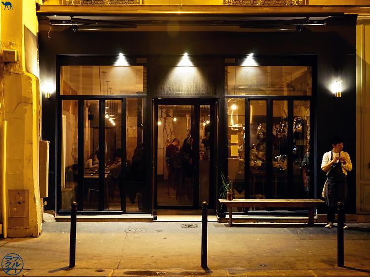 Devanture du  restaurant gastronomique Dersou à Paris  - Le Chameau Bleu