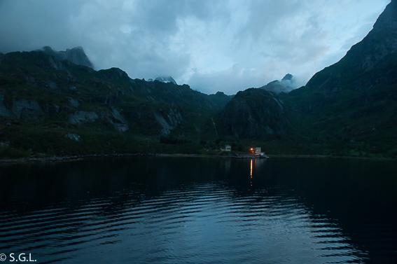 Trollfjorden nocturna. Noruega