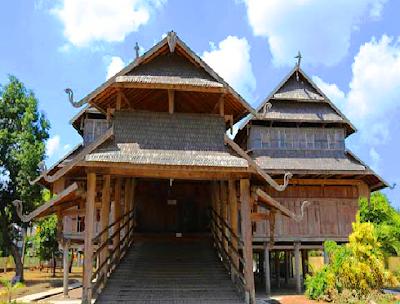 Istana Sultan Sumbawa merupakan model rumah adat daerah Nusa Tenggara Barat. Bangunan tersebut berlantai tiga, terbuat dari kayu jati dan beratap sirap. Lantai bawah tempat pengawalan. Lantai kedua, tempat kediaman sultan dan permaisuri. Sedangkan disediakan untuk para putri dan keluarga lainnya.
