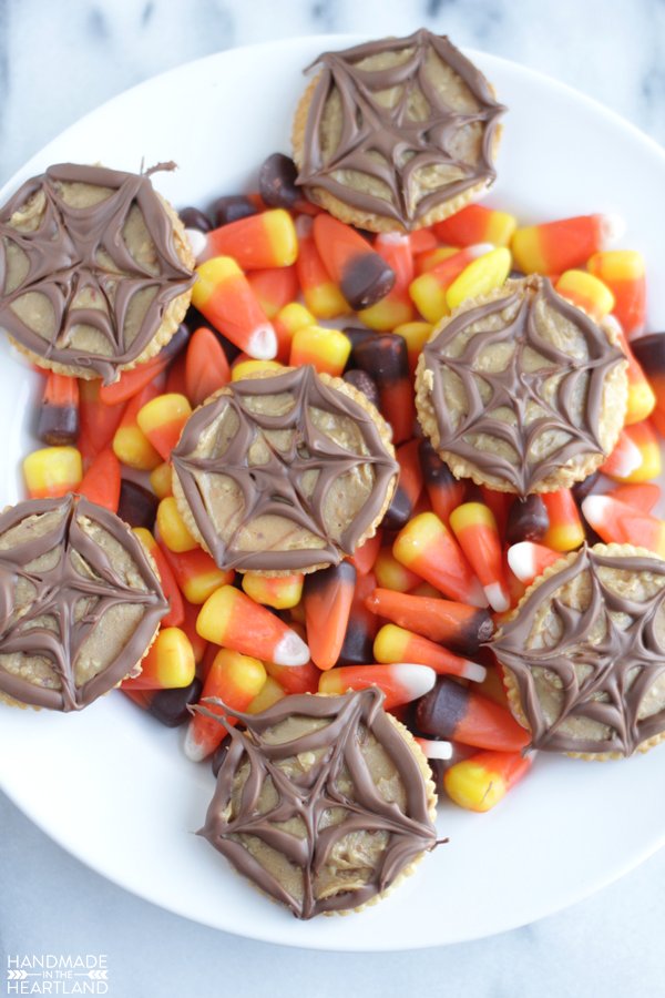 easy after school Halloween snack, peanut butter spider crackers are sure to be a hit with your kids!