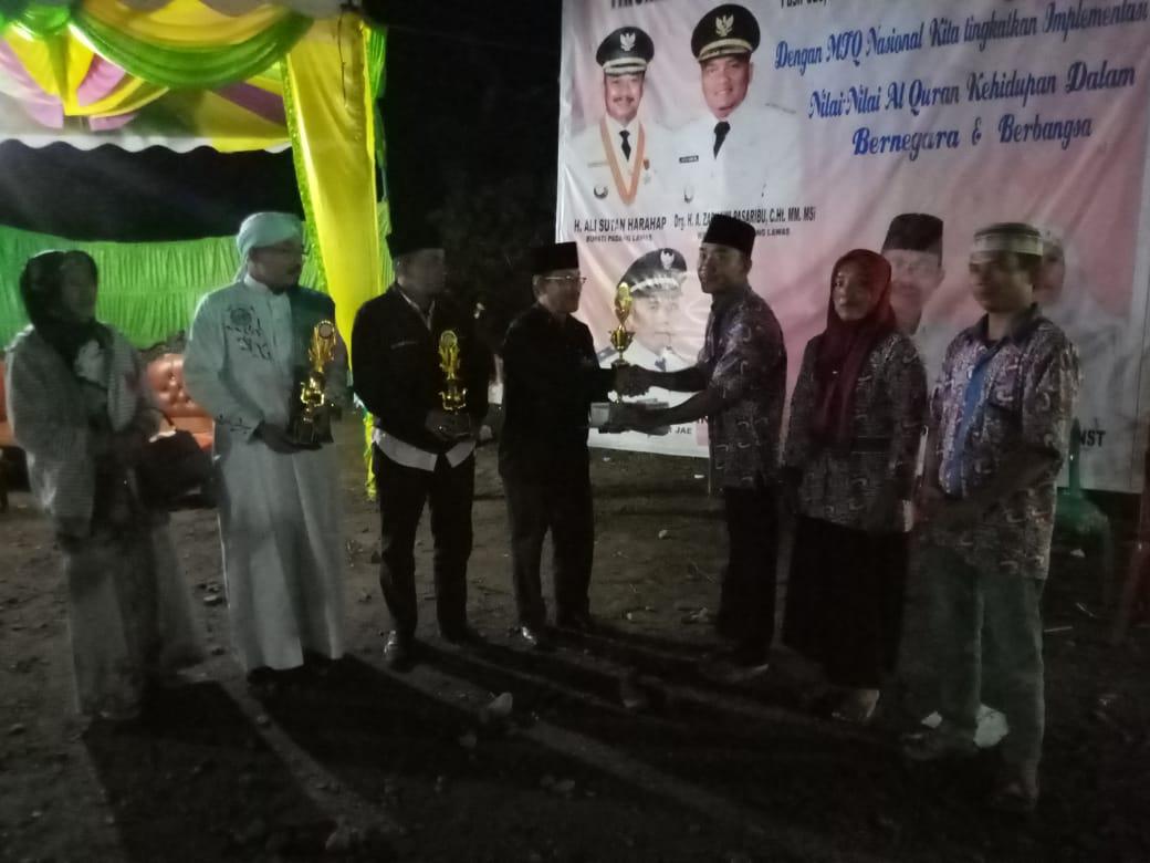 Camat Sosa, H. Asnan Lubis didampingi dewan hakim serahkan tropi piala MTQN ke-12 tingkat Kecamatan Sosa.
