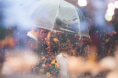 Novios bajo un paraguas