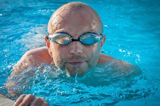 pria-berenang