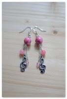 boucles d'oreilles clef de sol et perles roses