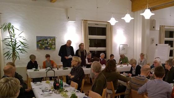 Stående: Generalforsamlingens dirigent Hans Toksvig Larsen og formand Gitte Andersen