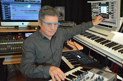 El músico electrónico francés Zanov trabajando en su quinto álbum Open Worlds (2016) en noviembre de 2015.