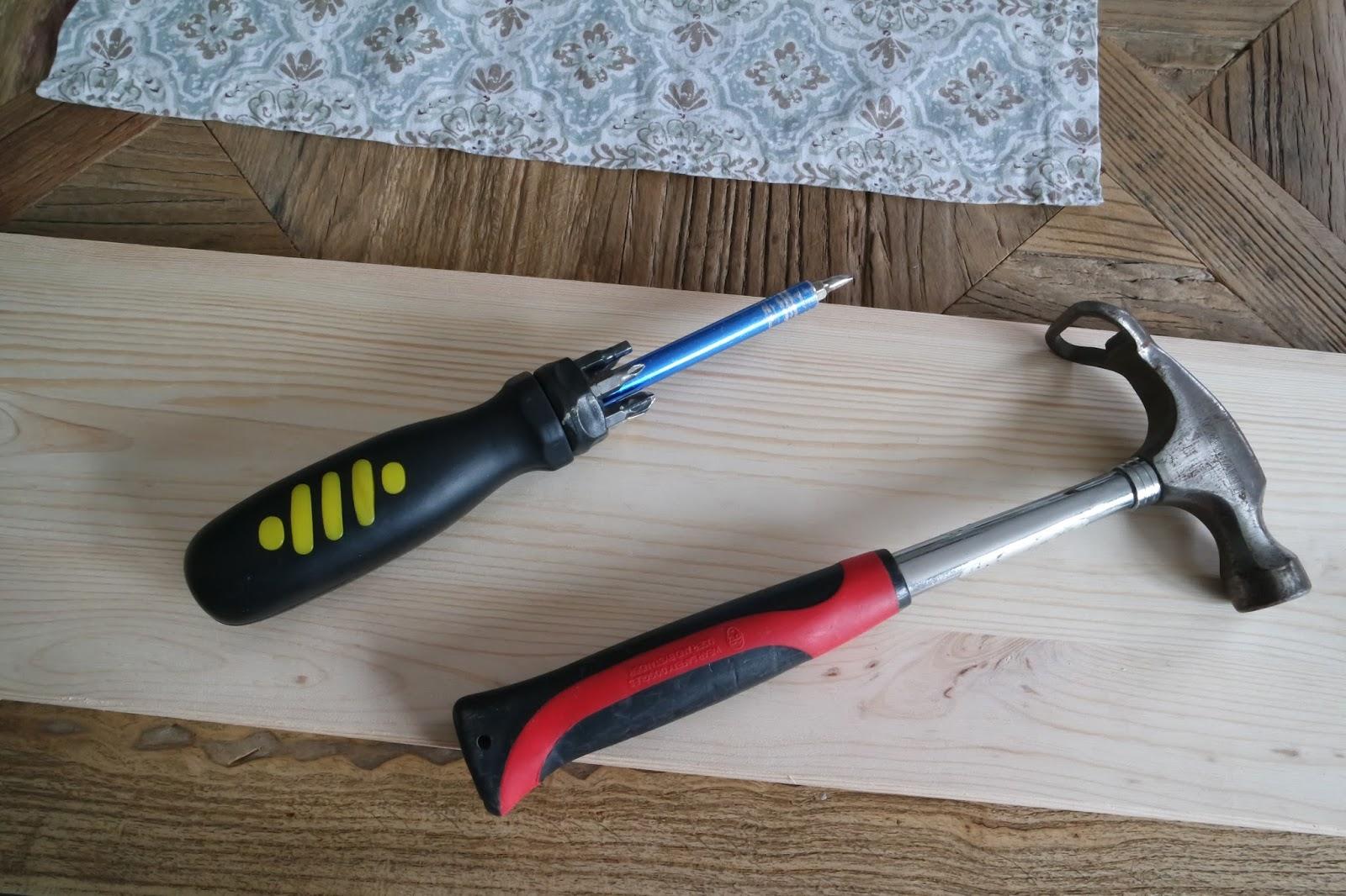 Kleines gelbes Haus: DIY: Rustikales Wandregal für unter 10 €