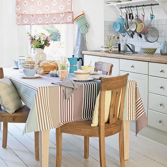 Petite cuisine-salle à manger avec des tissus longs