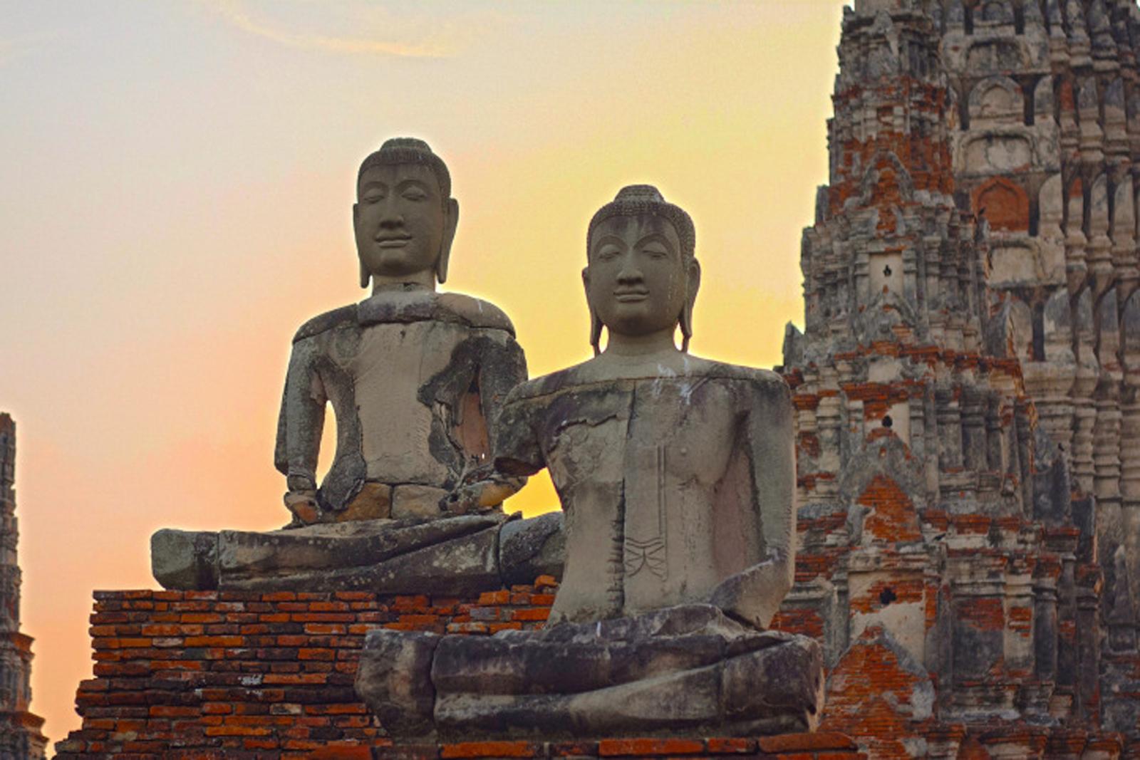 Estátuas de ruinas de um templo em Ayutthaya