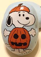 Decoración para Halloween con piedras pintadas snoopy