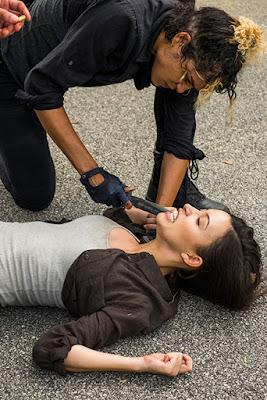 Arat (Elizabeth Ludlow) e Rosita Espinosa (Christian Serratos) nell'episodio 8