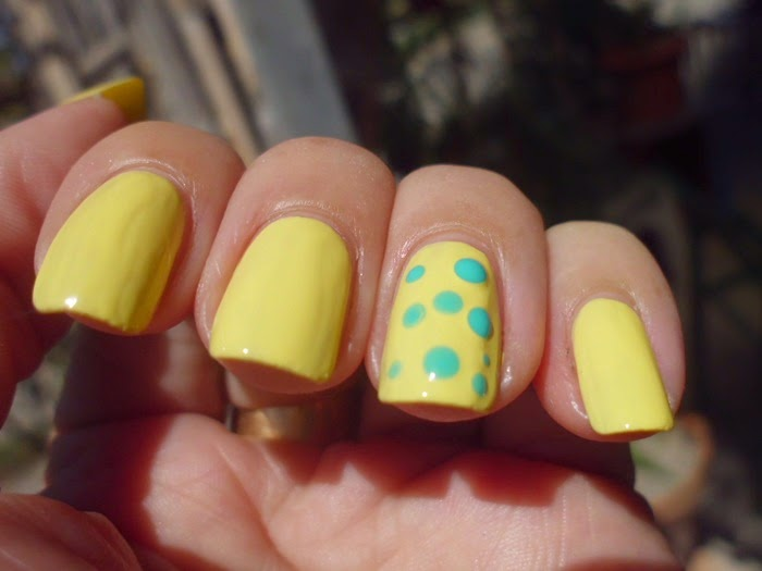 manicura amarilla y verde
