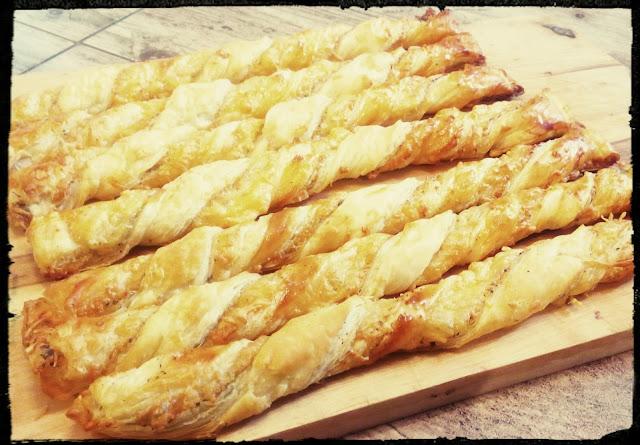 Paluchy paluszki przekaski ciastka serowo-ziolowe z ciasta francuskiego ciasto francuskie na pikantnie paluchy serowo-ziolowe