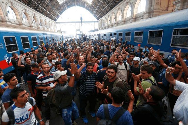 FOTO: Cientos de refugiados árabes de paso en Hungría camino al norte de Europa