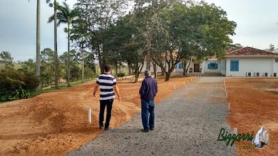 Bizzarri, da Bizzarri Pedras na parte da manhã, fazendo a marcação das ruas onde vamos fazer as guias de pedra, com pedra folheta de granito e as ruas com o piso de pedrisco do rio em sede da fazenda em Atibaia-SP.