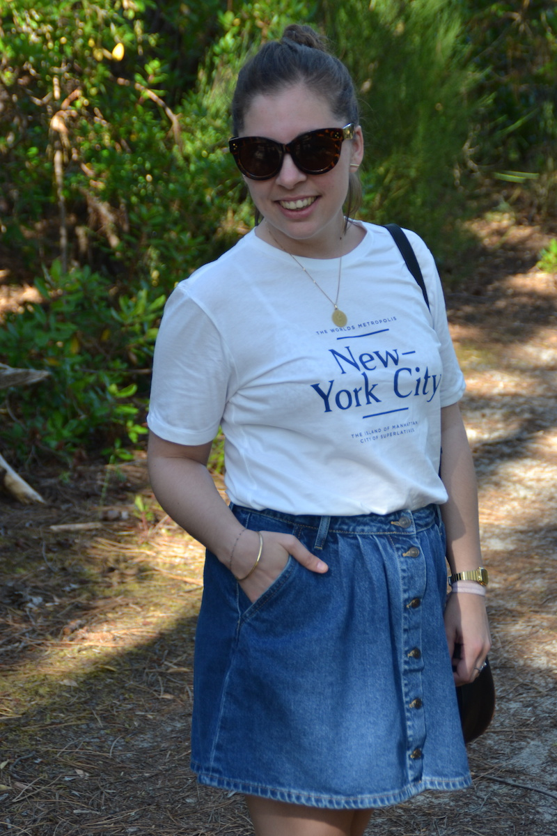 t-shirt New York H&M, jupe en jean Zara, lunette Aliexpress