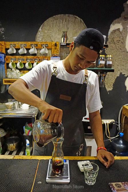 Barista membuat kopi