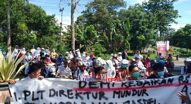 "Tuntut Direktur RSUD Ryacudu Mundur, Ratusan Pegawai Rumah Sakit ""Ngluruk""ke DPRD Lampura"