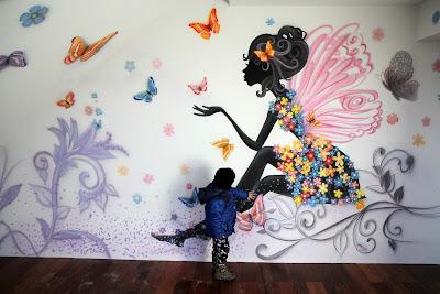 Graffiti w pokoju dziewczynki, Aranżacja pokoju dziecięcego, pokój dziewczęcy, malowanie lekkiego obrazu na ścianie.