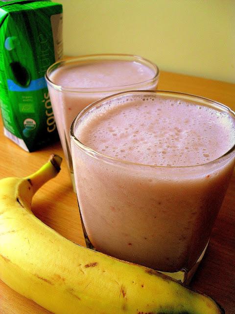 Bananowo-malinowy koktajl z wodą kokosową