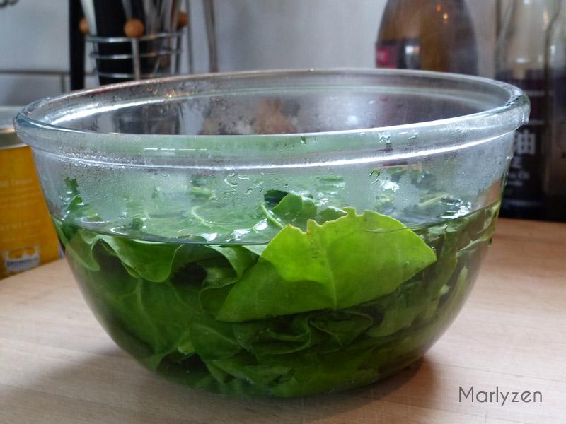 Trempez les blettes dans de l'eau bouillante.