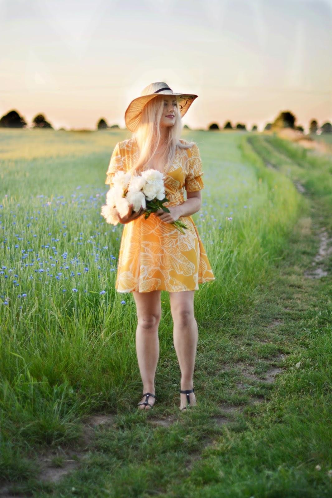 odcinana sukienka lato