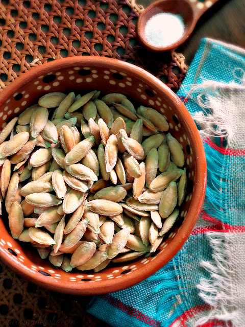 How to make roasted pumpkin seeds in the microwave - lacocinadeleslie.com