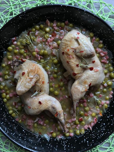 codornices estofadas con guisantes, jamón y romero receta
