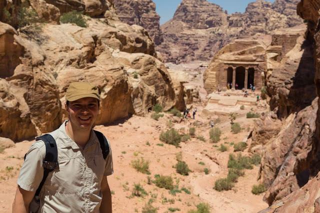 Alberto en el Salon del Jardin de Petra