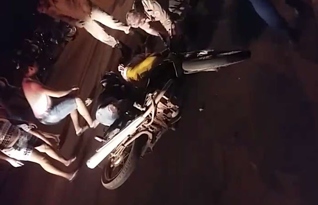 Acidente entre ciclista e motociclista termina com duas pessoas inconsciente no Heuro de Cacoal