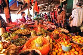 Belanja bahan makanan di pasar tradisional