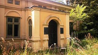 Tył Pałacu Jabłońskich w Głownie - z lewej wybita szyba