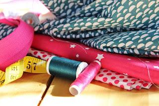 Des tissus colorés, du fil, quelques coups de ciseaux, il ne me reste plus qu'à assembler ces jolis tote bags réversibles.