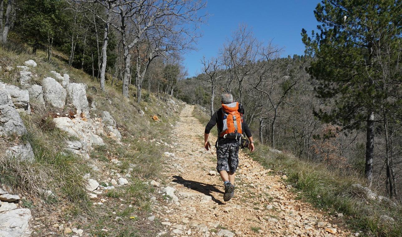 Ascending-along-GR4-above-Grasse