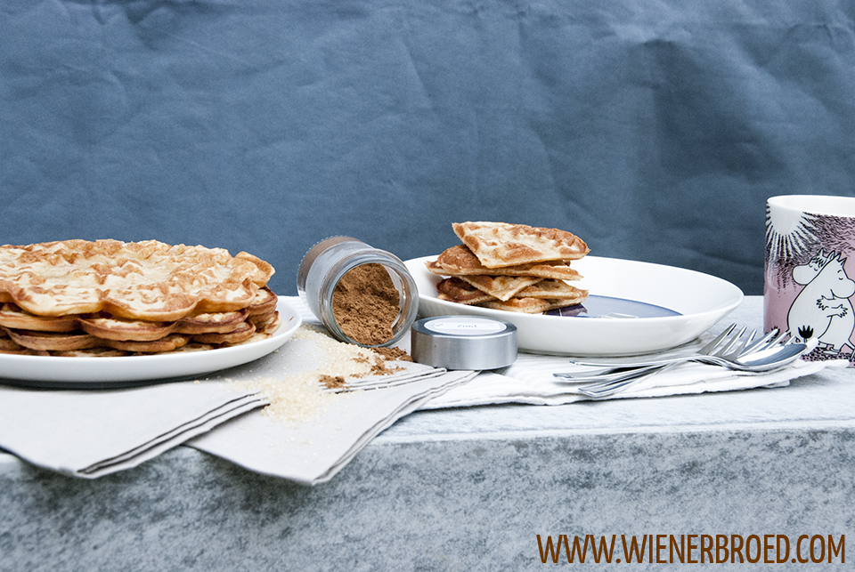 Zimtrollen-Waffeln / Cinnamon bun waffles [wienerbroed.com] Saftige, norwegische Waffeln mit Sauermilsch, einer Prise Kardamom und viel Zimt / Juicy Norwegian waffles with curdled milk, a pinch if cardamom and lots of cinnamon