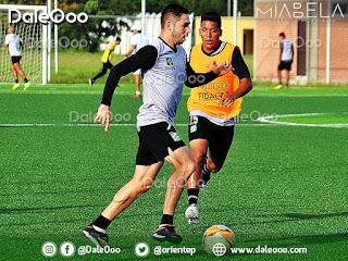 El delantero de Oriente Petrolero José Alí Meza se proyecta hacia el gol ante la mirada de Andrés Veizaga - DaleOoo