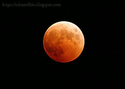 Mengapa Wajah Bulan Selalu Tampak Sama..?