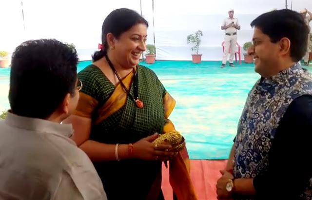 Textile Minister Smriti Irani arrived at the Ramkatha of Morari Bapu in Faridabad.