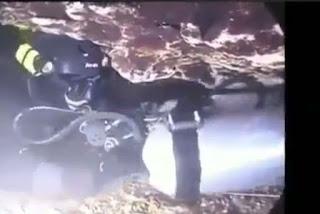 Vídeo mostra dificuldade dos mergulhadores para resgatar crianças presas em caverna