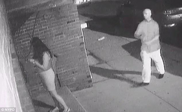 Βιαστής άρπαξε νεαρή γυναίκα την ώρα που έμπαινε στο διαμέρισμά της και κάμερα ασφαλείας κατέγραψε το βίντεο